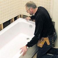 Сантехник ставит новую ванну