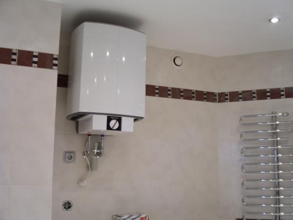 Водонагреватель в ванной комнате настенный