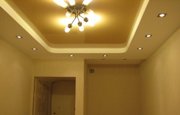 Люстра и светильники в натяжном потолке