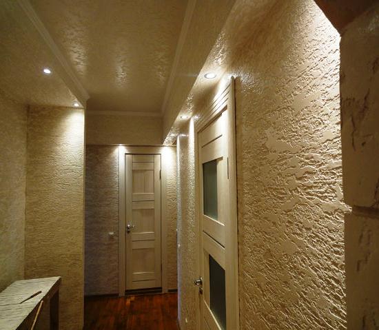 Штукатурка короед на стенах в прихожей в квартире