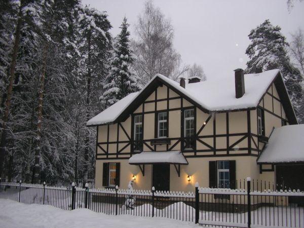 Отделка фасада загородного дома в стиле шале