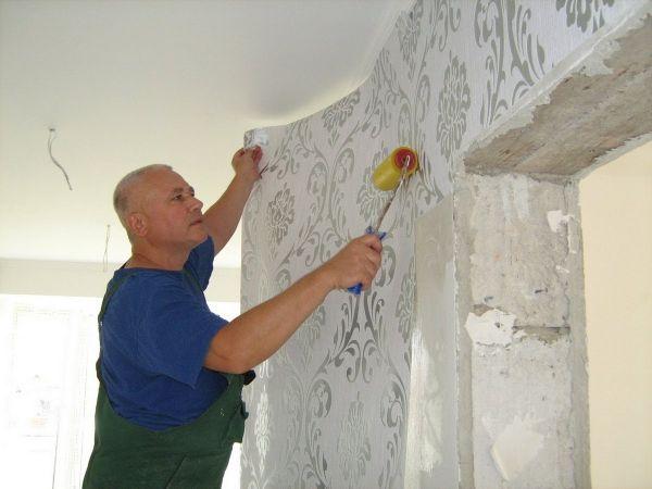 Частный мастер клеит обои на стены