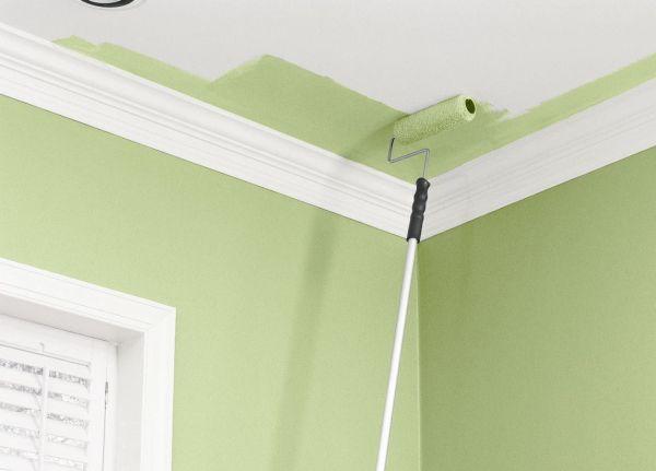 Нанесение водоэмульсионной краски на потолок