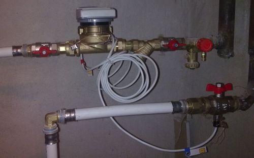 Мастер поставил прибор учёта тепловой энергии