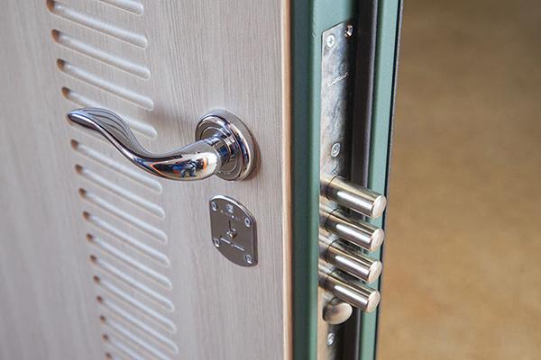Железные входные двери с замком